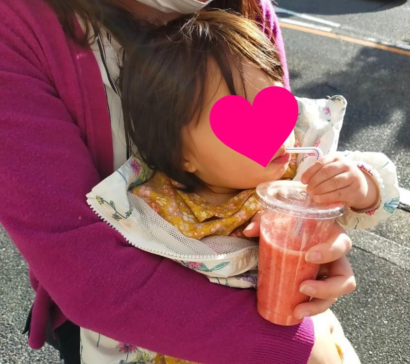 フルーツジュースを飲む娘
